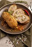 Bakade köttrullar i en tjock grönsaksås arkivbilder