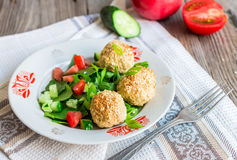 Bakade kikärtar klumpa ihop sig med sesam- och grönsaksallad på en grå färg Royaltyfria Foton