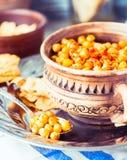 Bakade kikärtar med kryddor på lantlig bakgrund, signal Fotografering för Bildbyråer