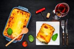 Bakade lasagner som tjänas som med Rose Wine Royaltyfri Fotografi