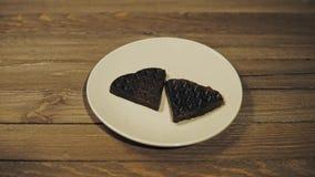 Bakade mörka dillandear i form av hjärta på plattan, romantisk efterrätt