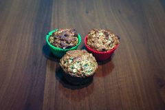 Bakade muffin, i att baka maträtten arkivbilder