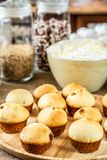 Bakade muffin p? en tr?platta royaltyfria foton