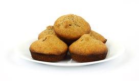 bakade muffiner för kli plate nytt white Royaltyfri Foto