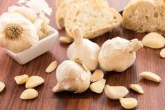 Bakade nya släntrar av bröd med hela kryddnejlikor av grillad vitlök Royaltyfri Foto