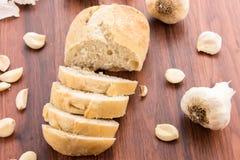 Bakade nya släntrar av bröd med hela kryddnejlikor av grillad vitlök Royaltyfria Foton