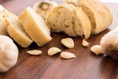 Bakade nya släntrar av bröd med hela kryddnejlikor av grillad vitlök Fotografering för Bildbyråer