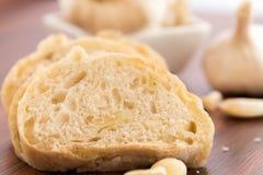 Bakade nya släntrar av bröd med hela kryddnejlikor av grillad vitlök Royaltyfria Bilder