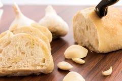 Bakade nya släntrar av bröd med hela kryddnejlikor av grillad vitlök Arkivbild