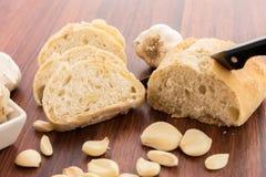 Bakade nya släntrar av bröd med hela kryddnejlikor av grillad vitlök Arkivbilder