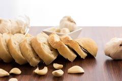 Bakade nya släntrar av bröd med hela kryddnejlikor av grillad vitlök Arkivfoto