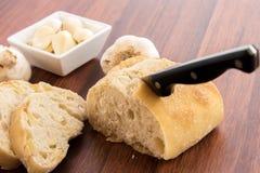 Bakade nya släntrar av bröd med hela kryddnejlikor av grillad vitlök Arkivfoton