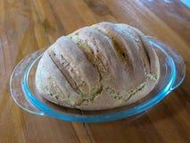 Bakade nya släntrar av bröd på ett exponeringsglasmagasin Organisk mat och bakelse Sund mat som förbereds för produktion för heml arkivfoto