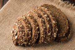 Bakade nytt bröd på den naturliga linneservetten, hemlagat bageri royaltyfria foton