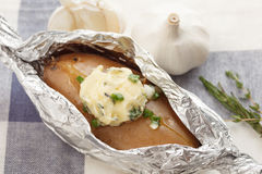 Bakade oreganon för koriander för rosmarin för timjan för bagett för ört för potatissammansättningsmör Royaltyfri Foto