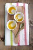 Bakade organiska ägg med smör Arkivbild