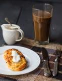 Bakade ostkakor med gräddfil, frukost Royaltyfri Foto