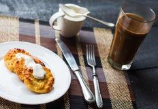 Bakade ostkakor med gräddfil, frukost Arkivbilder