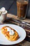 Bakade ostkakor med gräddfil och kaffe med mjölkar, breakfas Fotografering för Bildbyråer