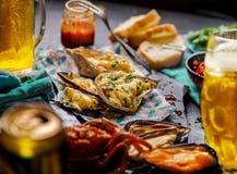 Bakade ostron med ost och annan skaldjur fotografering för bildbyråer