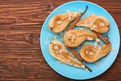 Bakade päron med valnötter, kanel och honung Arkivfoton