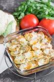 Bakade potatisar med gräddfilsås, grönsaker och örter som är spic Arkivbild