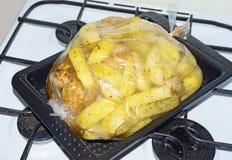 Bakade potatisar med höna arkivbilder