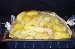 Bakade potatisar med höna royaltyfri foto