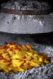 Bakade potatisar med lökar Arkivbild