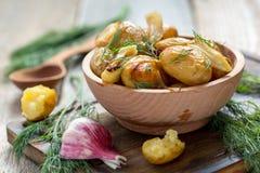 Bakade potatisar med ny dill Arkivfoto
