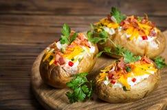 Bakade potatisar med ost och bacon fotografering för bildbyråer