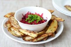 Bakade potatisar med rödbetssallad Arkivfoton