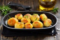 Bakade potatisar med rosmarin arkivfoton