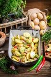 Bakade potatisar med rosmarin och vitlök Arkivfoto