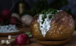 Bakade potatisar med sås och gräsplaner 1 livstid fortfarande Fotografering för Bildbyråer