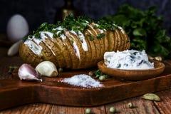 Bakade potatisar med sås och vitlök 1 livstid fortfarande Arkivfoto