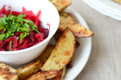 Bakade potatisar med sallad Arkivfoton