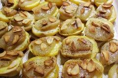 Bakade potatisar med vitlök och bacon arkivbilder