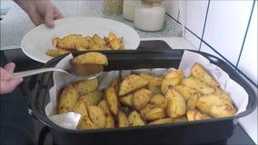 Bakade potatisar på pannan arkivfilmer