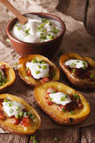Bakade potatishudar med ost-, bacon- och gräddfilnärbild V Royaltyfria Bilder