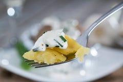 Bakade Potatoe på en gaffel royaltyfria foton