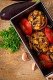Bakade tomater som är välfyllda med aubergine och champinjoner Fotografering för Bildbyråer