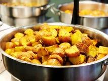 Bakade unga potatisar med rosmarin helhet bakade potatisar som trevlig matbakgrund Royaltyfria Bilder