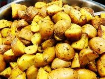 Bakade unga potatisar med rosmarin helhet bakade potatisar som trevlig matbakgrund Royaltyfri Fotografi