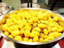 Bakade unga potatisar med rosmarin helhet bakade potatisar som trevlig matbakgrund Royaltyfria Foton