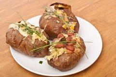 Bakade välfyllda potatisar arkivfoton