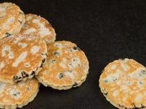 Bakade walesiska kakor för frukt med en råna av te eller kaffe royaltyfria foton