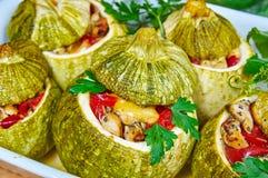 Bakade zucchinier som är välfyllda med kött Royaltyfri Foto