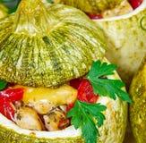 Bakade zucchinier som är välfyllda med kött Arkivbilder