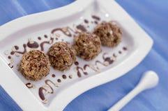 bakar ihop chokladsötsaker Arkivbild